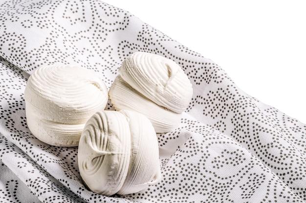Marshmallow russo ou zefir, sobremesa de cookies de merengue francês em guardanapo branco.