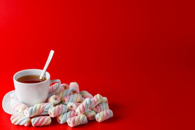 Marshmallow torcido colorido com espaço para mensagem de texto