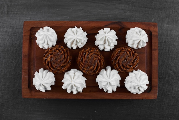 Marshmallows brancos com bombons de chocolate.