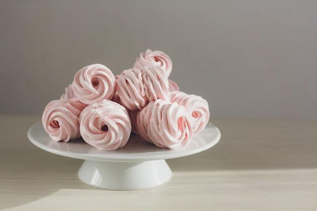 Marshmallows caseiros delicados estão sobre a mesa
