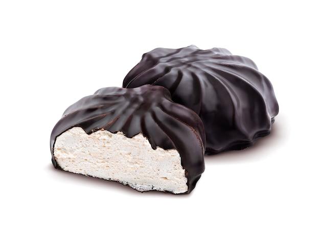 Marshmallows cobertos de chocolate, zephyr russo tradicional no chocolate isolado no fundo branco