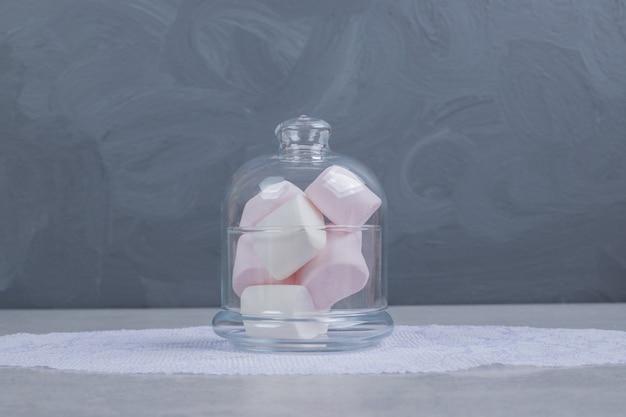 Marshmallows coloridos e macios em frasco de vidro. foto de alta qualidade