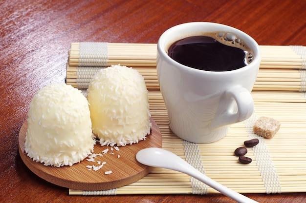 Marshmallows com cocos desidratados e xícara de café