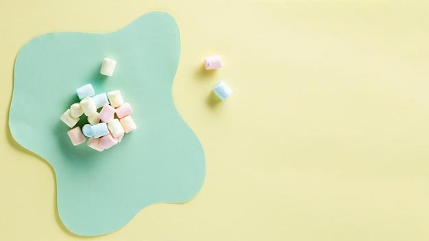Marshmallows com fundo de espaço de cópia