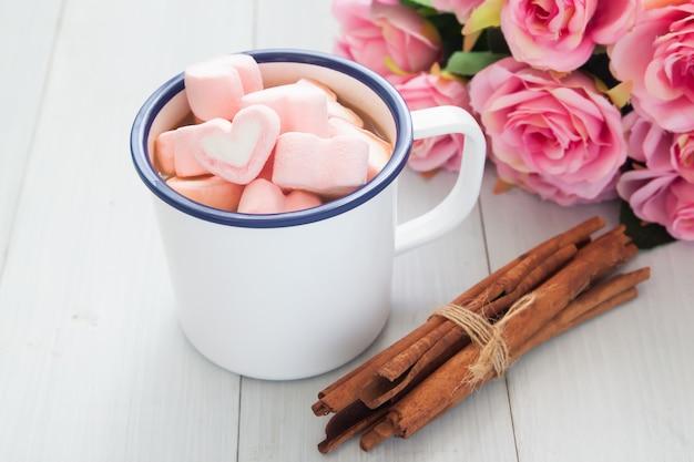 Marshmallows cor-de-rosa da forma do coração no copo do chocolate quente. conceito de amor. dia dos namorados