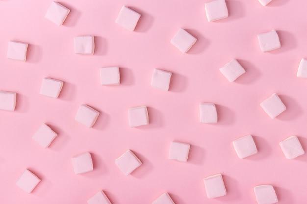 Marshmallows cor-de-rosa em rosa