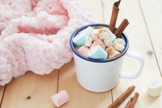 Marshmallows da cor pastel na caneca do chocolate quente. bebida de inverno