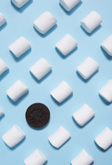 Marshmallows de doces sobre fundo azul tabela.