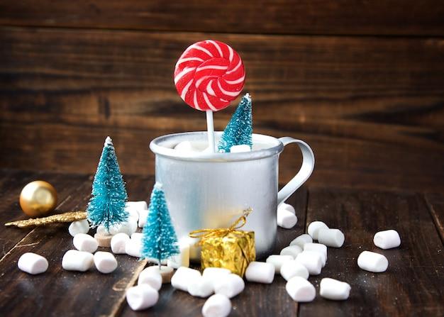 Marshmallows de natal e decorações de ano novo em madeira. férias de inverno, clima de ano novo