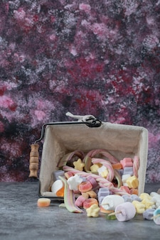 Marshmallows de uma mini cesta metálica.