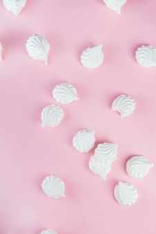 Marshmallows de zephyr branco doce sobremesa isoladas em rosa