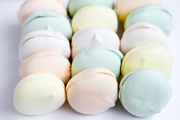 Marshmallows deliciosos em tons pastel, sobre um fundo branco