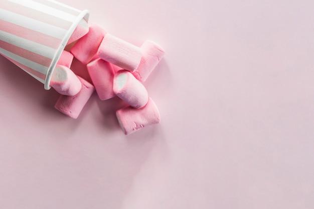 Marshmallows derramados do copo