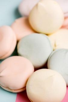Marshmallows doces coloridos do zéfiro da sobremesa no fundo branco. marshmallow de ar em tons pastel. fechar-se