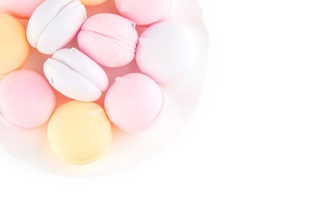 Marshmallows e biscoitos coloridos isolados em um fundo branco