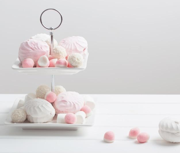 Marshmallows e geléia de frutas em branco