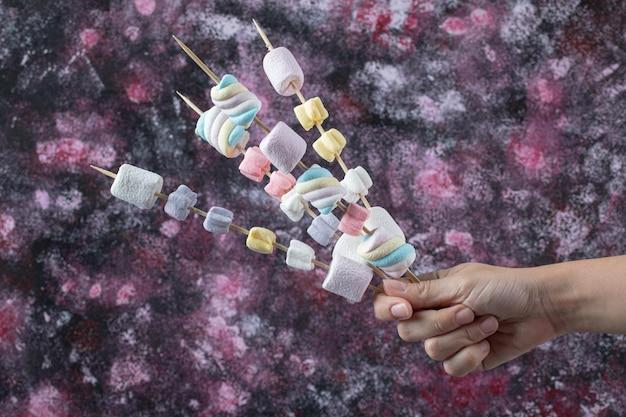 Marshmallows em palitos de madeira para grelhar.