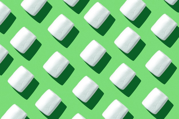 Marshmallows em um fundo colorido