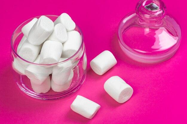 Marshmallows em um fundo rosa. vista do topo
