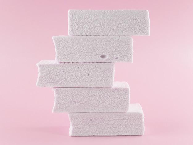 Marshmallows em um fundo rosa