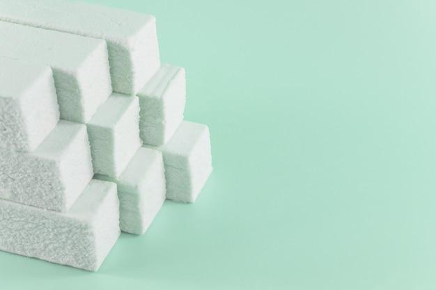 Marshmallows em um fundo verde