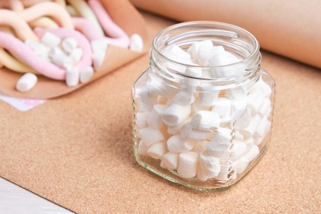 Marshmallows em uma jarra de vidro em papel artesanal
