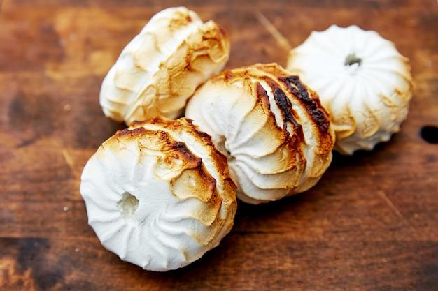 Marshmallows grelhados na madeira