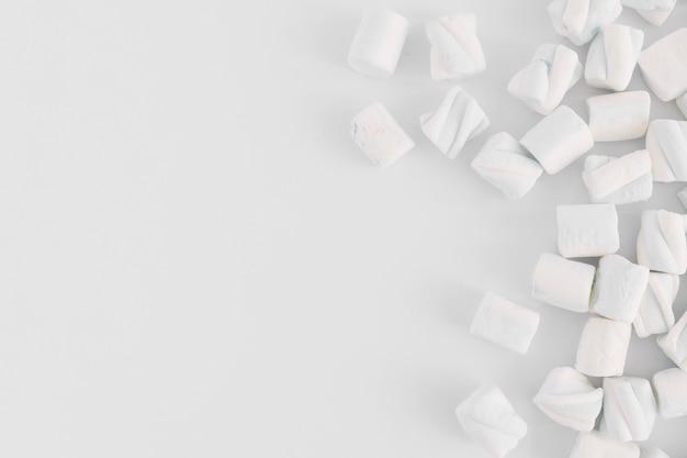 Marshmallows macios na mesa de luz