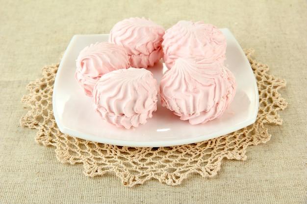 Marshmallows no prato na luz