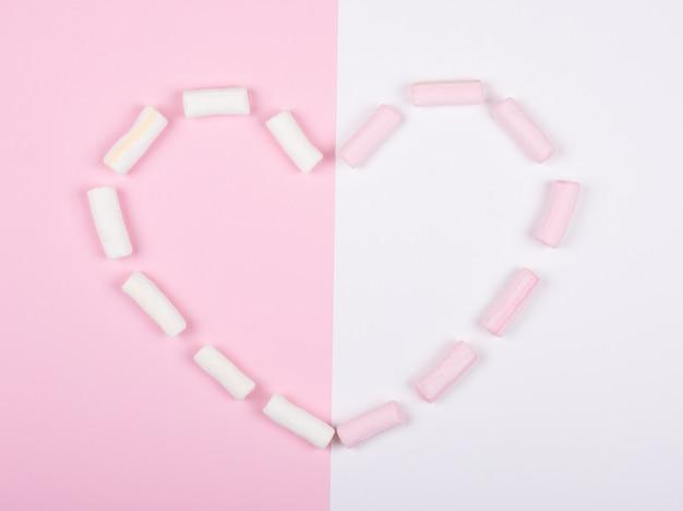 Marshmallows rosa e brancos, formando um coração