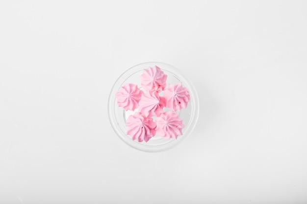 Marshmallows rosa em branco.