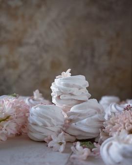 Marshmallows russos e flores da primavera