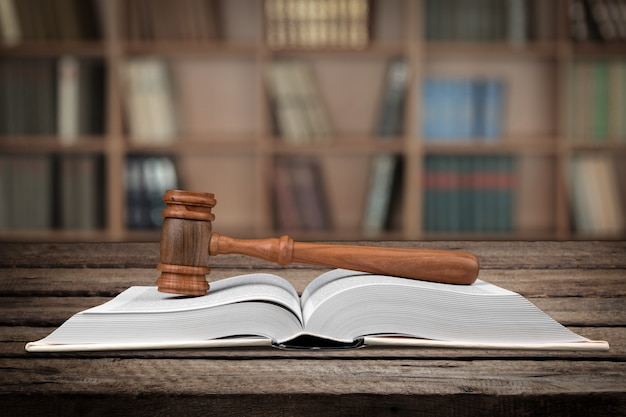 Martele sobre o livro de leis aberto