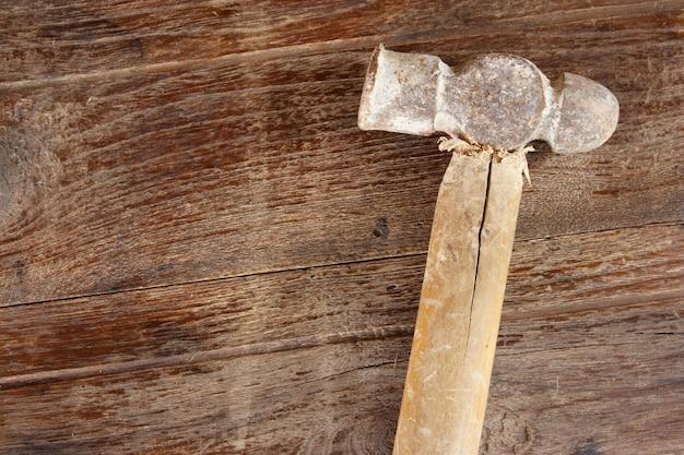 Martelo antigo sobre fundo de madeira
