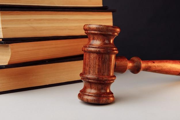 Martelo com livros de direito atrás. conceito de direito.