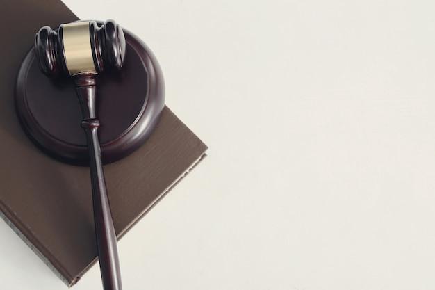 Martelo da corte e livros. conceito de julgamento e direito