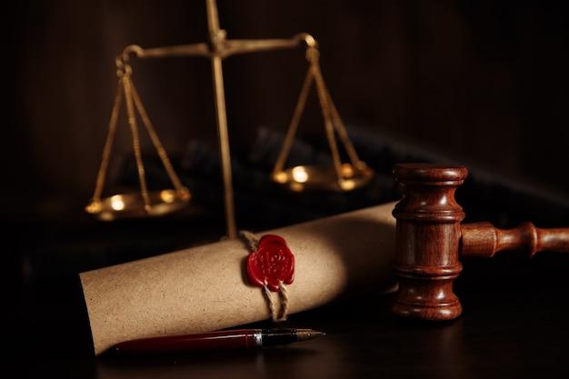 Martelo da justiça e documento de última vontade e testamento na mesa de madeira
