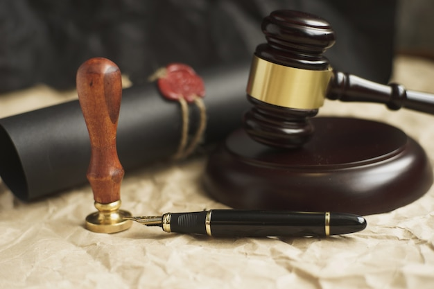Martelo da lei no tribunal. conceito de justiça do sistema jurídico. Foto Premium