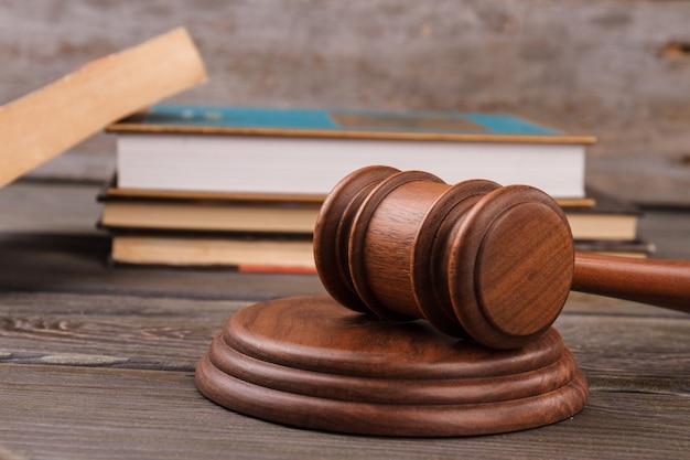 Martelo de close-up e livros de direito. martelo de judgle na mesa de madeira.