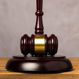 Martelo de juiz close-up com seu bloco marcante