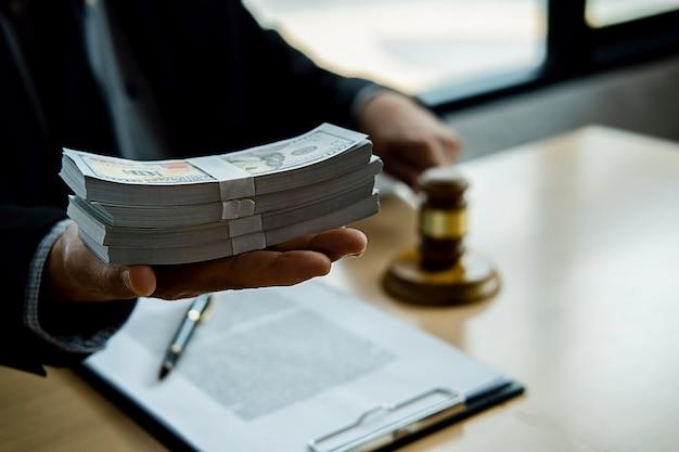 Martelo de juiz com advogado de justiça tendo reunião de equipe no escritório de advocacia