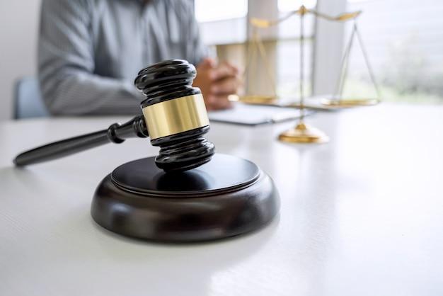 Martelo de juiz com advogado de justiça