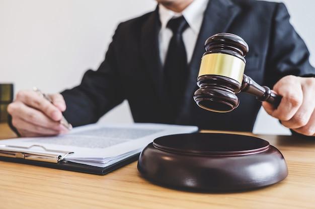 Martelo de juiz com advogados da justiça, conselheiro de terno ou advogado trabalhando em um documentos