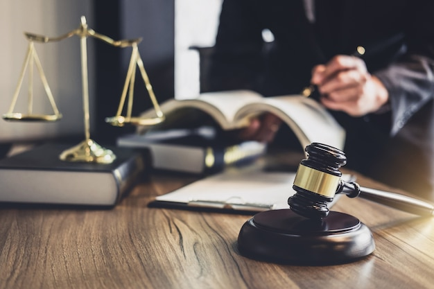 Martelo de juiz com advogados da justiça