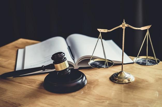Martelo de juiz com escala de justiça, documentos de objeto trabalhando na mesa no tribunal