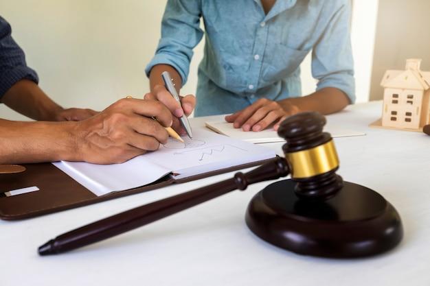Martelo de juiz com fundo de advogado