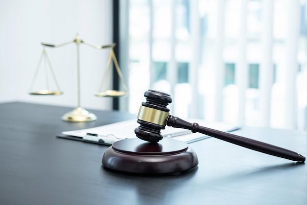 Martelo de juiz com justiça em escritório de advocacia em plano de fundo com contrato de documentação de processo legal, direito e justiça, advogado, ação judicial.