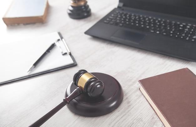 Martelo de juiz com outros objetos em uma mesa branca. conceito de lei