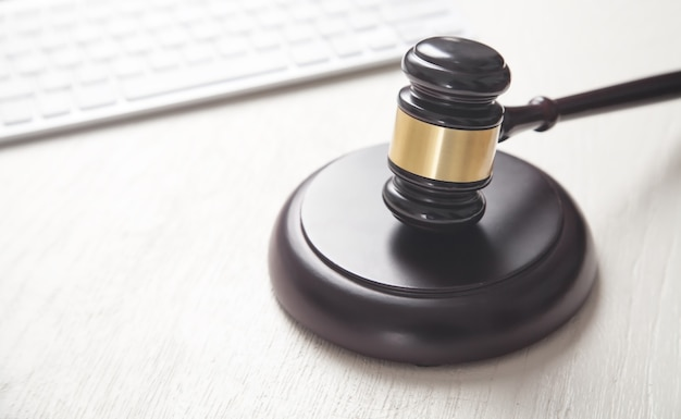 Martelo de juiz com teclado de computador. conceito de crime na internet