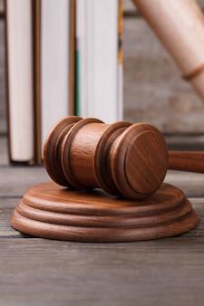 Martelo de juiz de close-up e bloco de sondagem. livros de direito em segundo plano.
